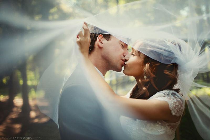 125-incriveis-fotos-de-casamento-que-parecem-obras-de-arte-casando-em-um-lugar-paradisiaco-nuvem-ceu-montanha-beijo-apaixonado-dos-noivos