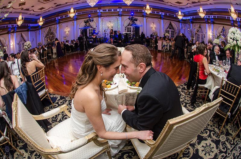 137-incriveis-fotos-de-casamento-que-parecem-obras-de-arte-beijo-dos-noivos-enfim-casados-festa-de-casamento