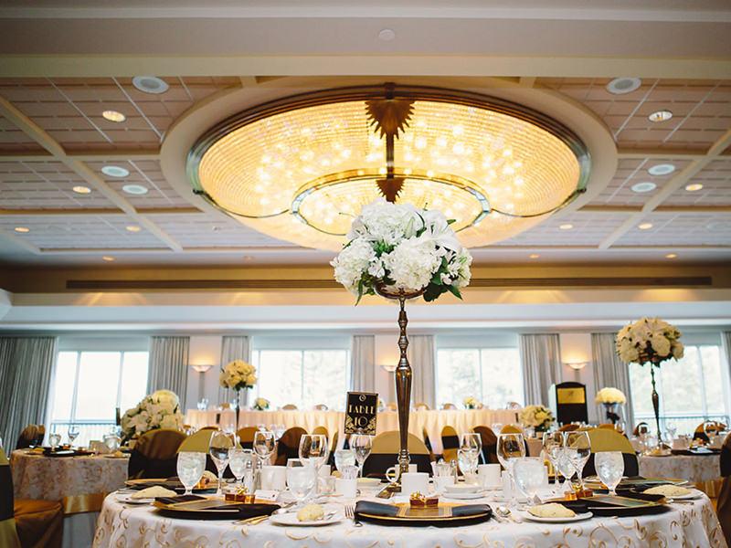 espaco-de-eventos-para-casamento-art-deco-detalhe-das-mesas-cartela-de-cores-branco-preto-e-dourado-15