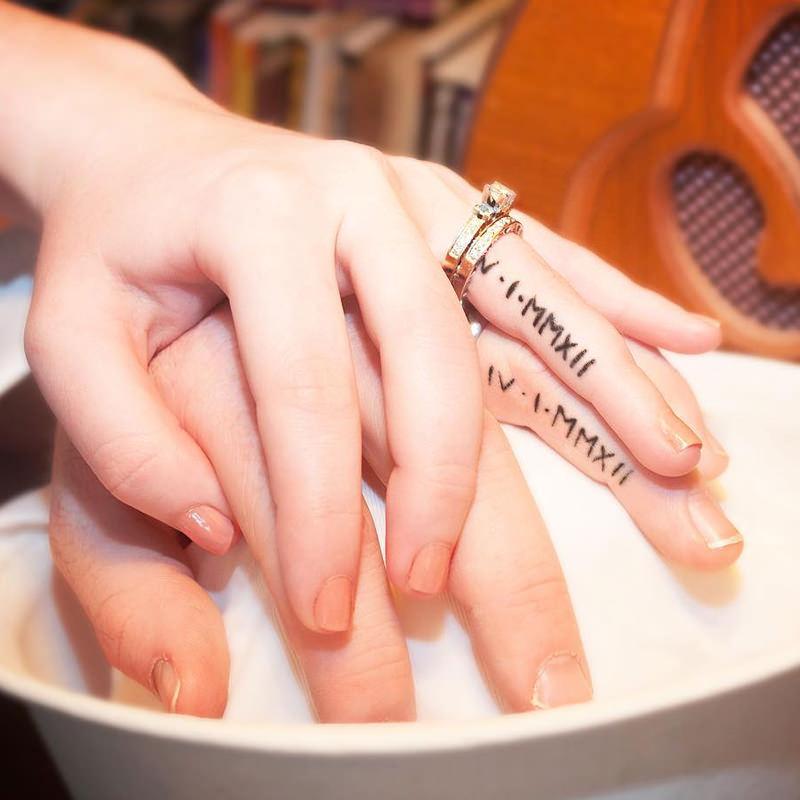 11-data-de-casamento-tatuada-no-anelar