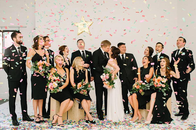 foto-com-os-padrinhos-de-casamento-com-confete