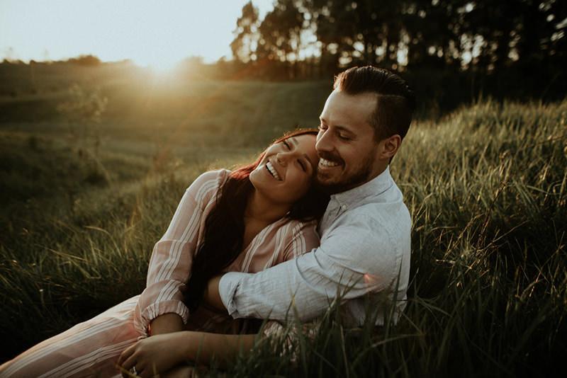 noivos-felizes-no-ensaio-pre-casamento