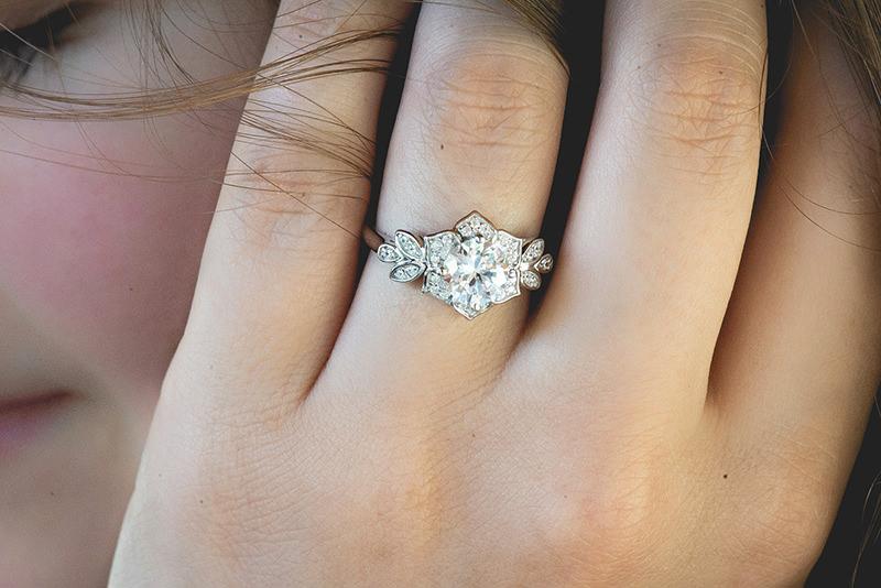 02-anel-de-noivado-ouro-branco-em-formato-de-flor