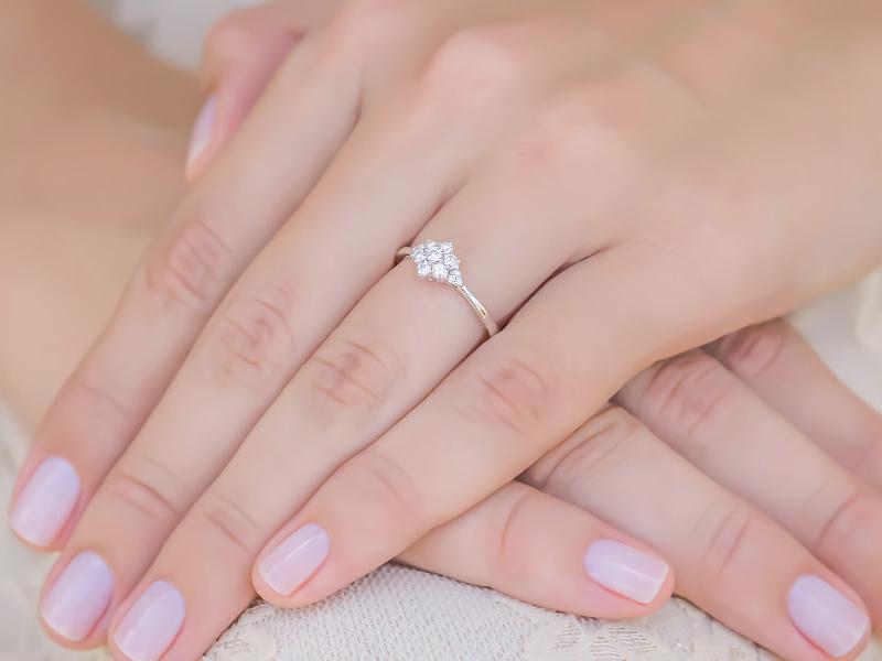 03-anel-de-noivado-floral-com-diamantes-ouro-branco