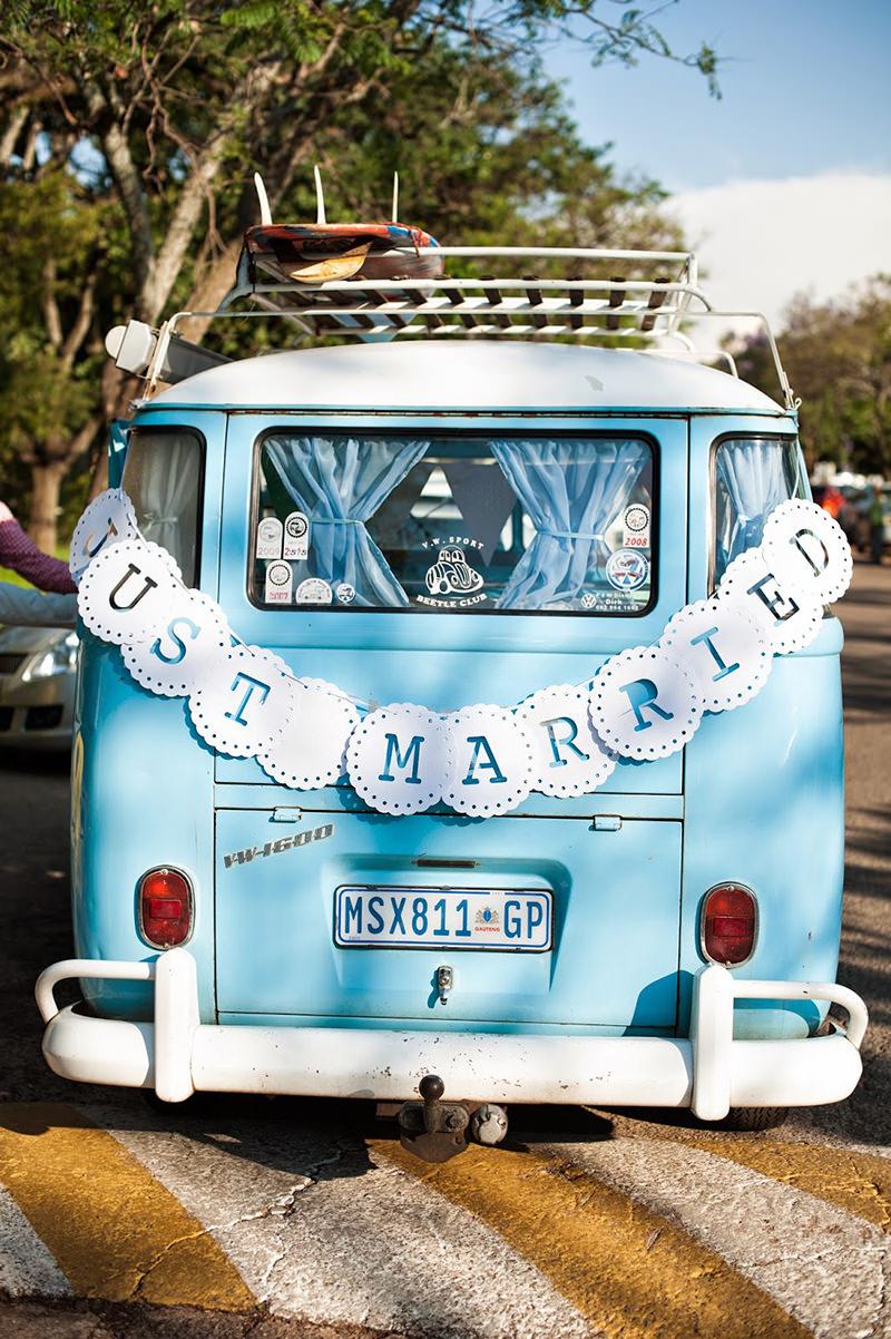 carro-de-casamento-retro-porque-nao-uma-kombi-casal-vintage b