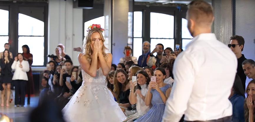 enoivado-pedido-de-casamento-durante-o-desfile-2