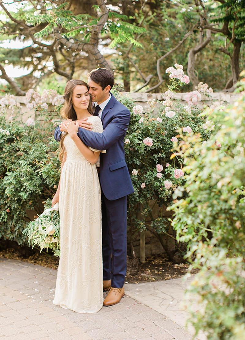 04-vestido-de-noiva-simples-e-romantico-terno-azul-marinho