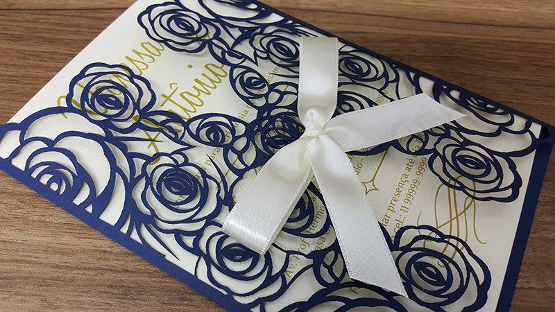 16-convite-de-casamento-corte-laser-azul-e-detalhes-em-rosas