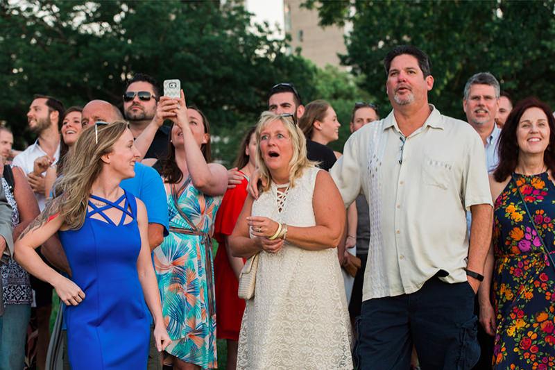 familia-reunida-para-casamento-no-parque