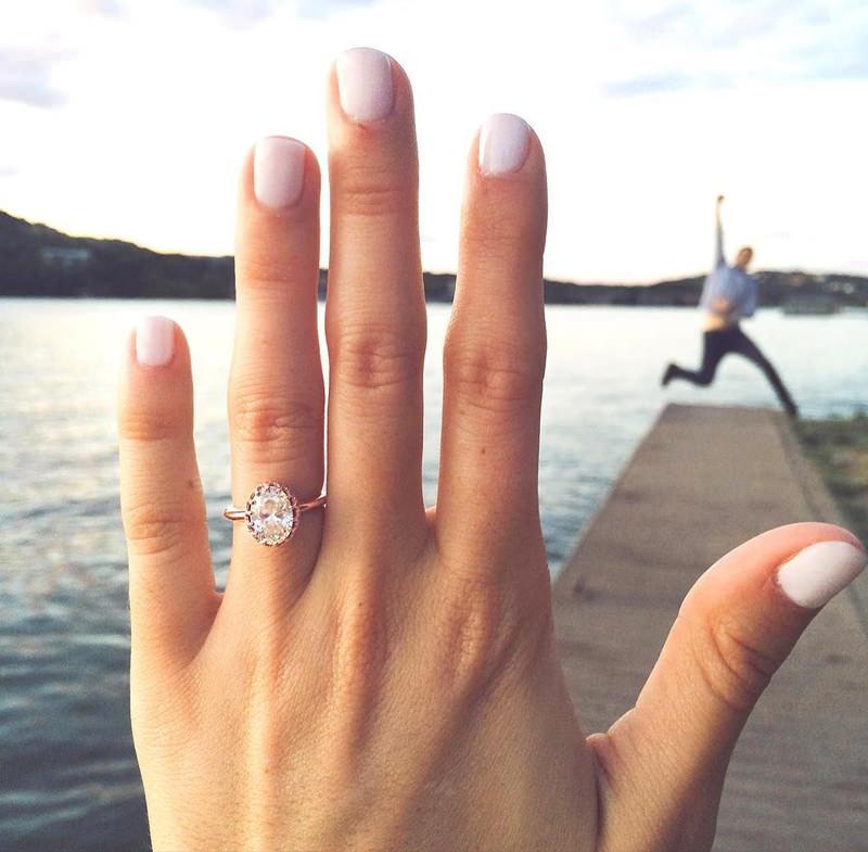 noivo-comemorando-o-pedido-de-casamento