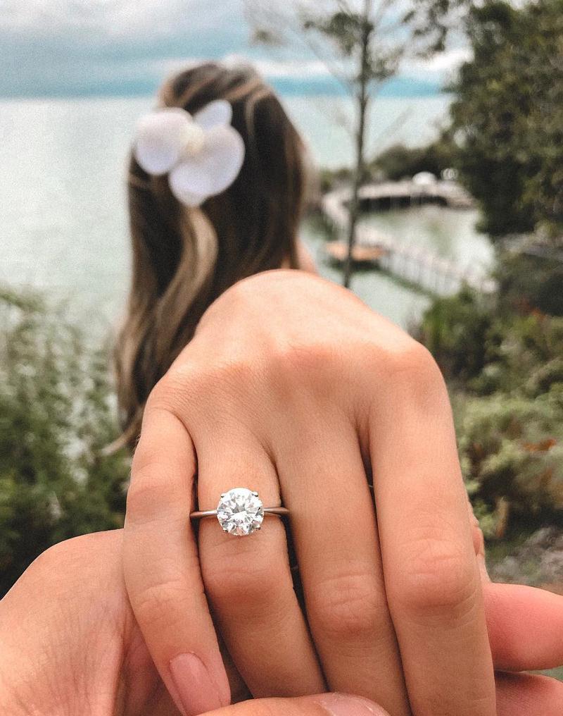 thassia-naves-anunciando-o-noivado-com-solitario-de-diamante
