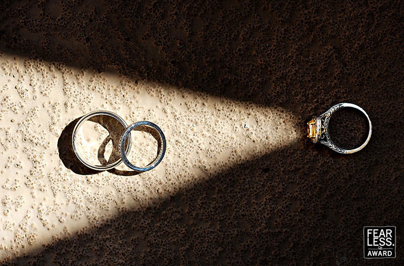 fotografia-do-anel-de-noivado-com-as-aliancas-de-casamento