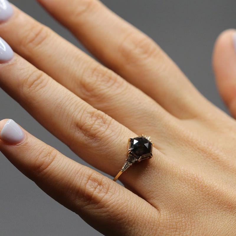 anel-de-noivado-com-diamante-negro-e-diamante-incolor
