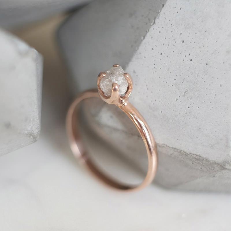anel-de-noivado-solitario-com-diamante-bruto