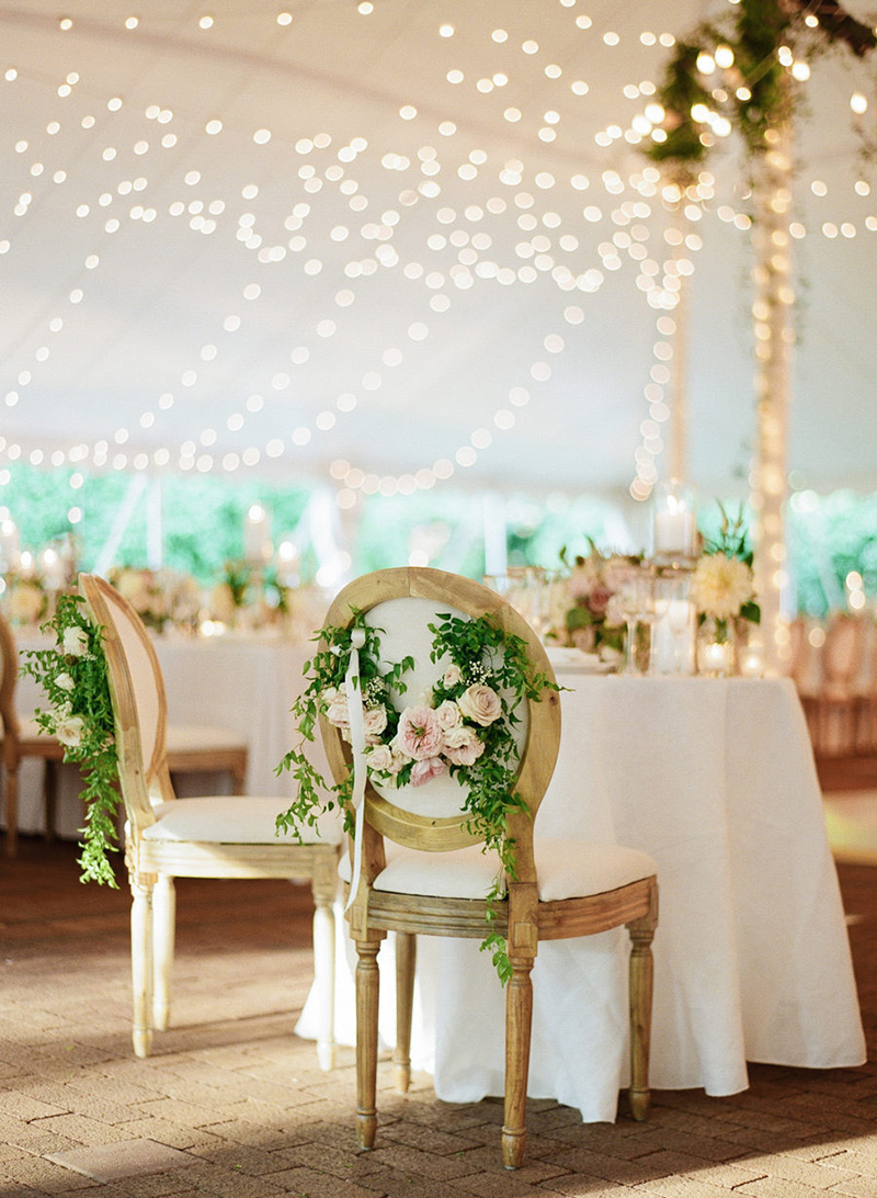 cadeira-dos-noivos-com-arranjo-de-flores