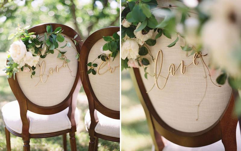 cadeira-dos-noivos-decorada-com-flores-folhagens-e-placa