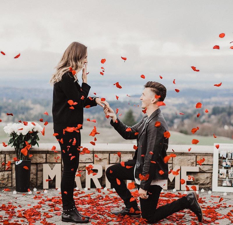 inspiracao-de-pedido-de-casamento-surpresa-com-chuva-de-petalas-de-rosas