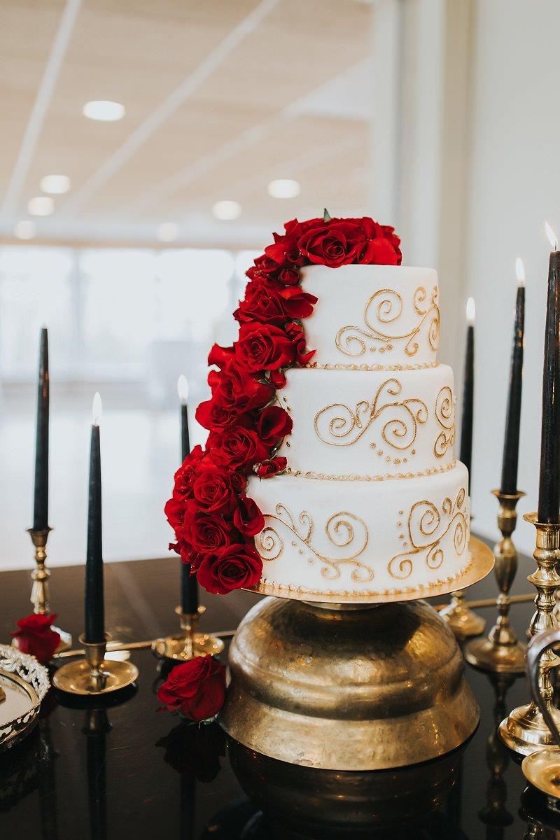 bolo-de-casamento-confeitado-com-detalhe-em-flores-vermelhas