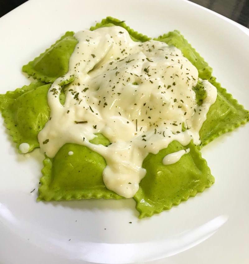 ravioli-de-massa-verde-recheado-com-shimeji-e-ricota-com-molho-bechamel-massas-gourmets-para-o-cardapio-do-casamento