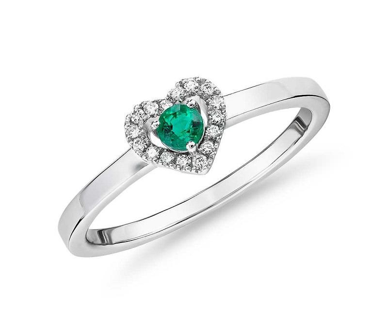 anel-de-noivado-com-esmeralda-central-e-coroa-de-coracao-de-diamantes