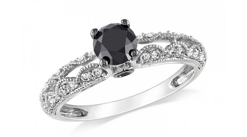 anel-de-noivado-em-ouro-branco-com-detalhe-rendado-e-diamante-negro-central
