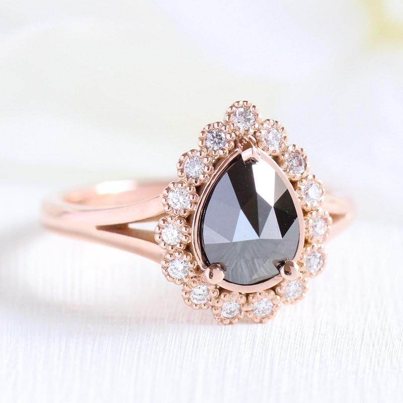 anel-de-noivado-modelo-rainha-com-diamantes-e-diamante-negro