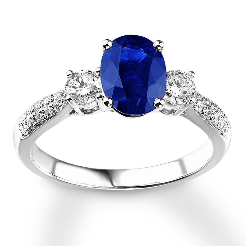 anel-de-noivado-tradicional-com-safira-azul-oval-e-diamantes