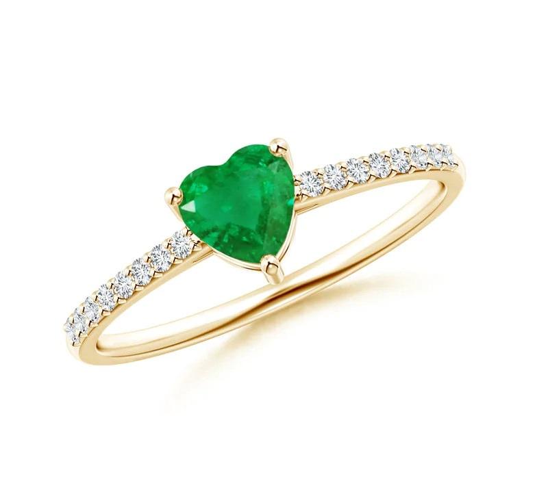anel-de-noivado-com-detalhe-central-em-esmeralda-pedra-coracao
