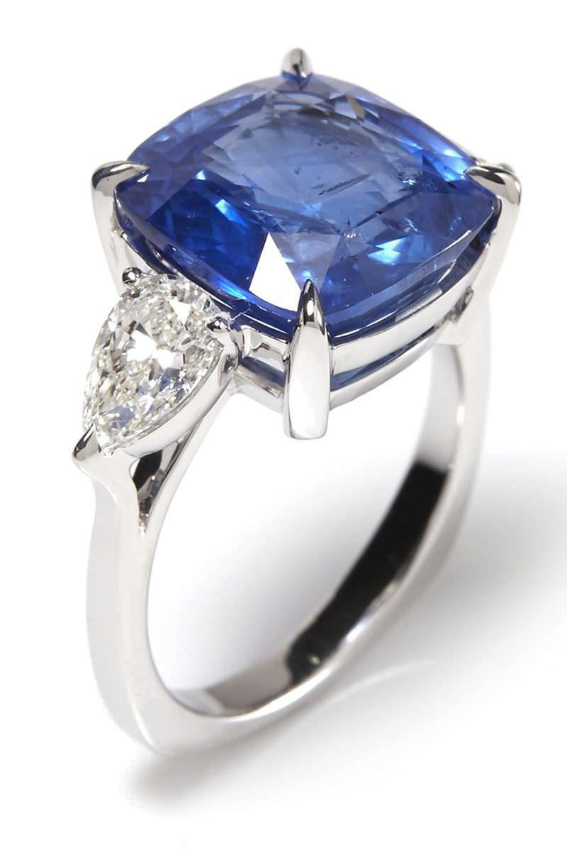 anel-de-noivado-com-safira-e-diamantes