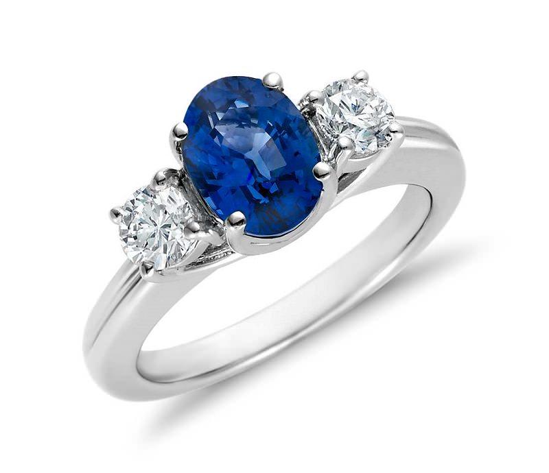 anel-de-noivado-com-safira-oval-e-diamantes-redondos
