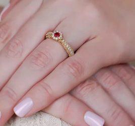 anel-de-noivado-com-pedras-coloridas-para-estar-no-seu-radar-capa-anel-poesie-rubi