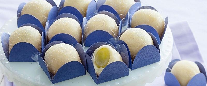 brigadeiros-gourmets-para-mesa-de-doces-casamento-brigadeiro-branco--om-uva