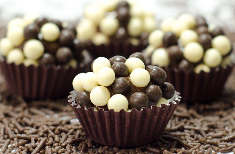 brigadeiros-gourmets-para-mesa-de-doces-casamento-brigadeiro-chocolate-chocobol