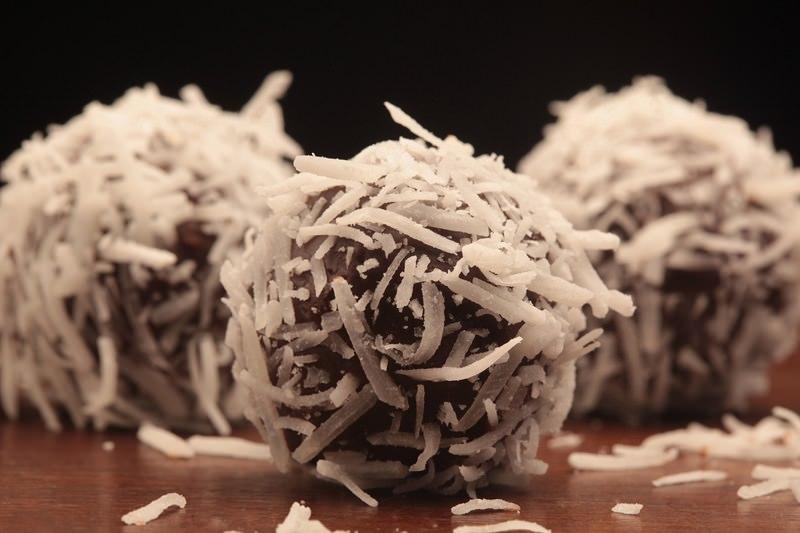 brigadeiros-gourmets-para-mesa-de-doces-casamento-brigadeiro-prestigio-chocolate-com-coco