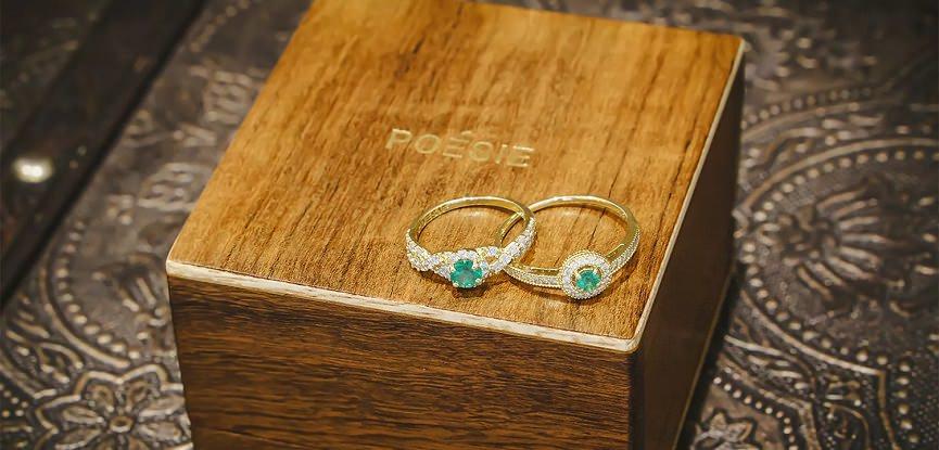 capa-aneis-de-noivado-com-esmeralda-poesie-aneis-verdes
