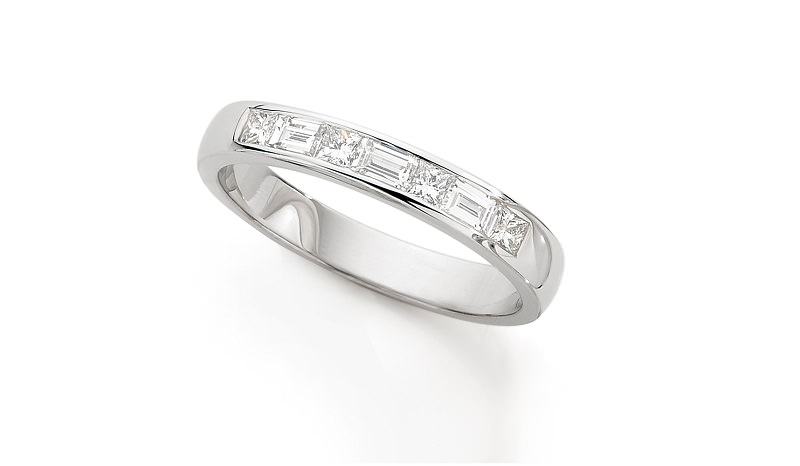 alianca-de-casamento-de-ouro-branco-e-diamantes-meia-alianca