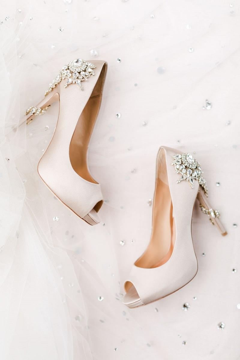 11-sapato-de-noiva-perolado-com-aplicacao-de-joias-no-salto