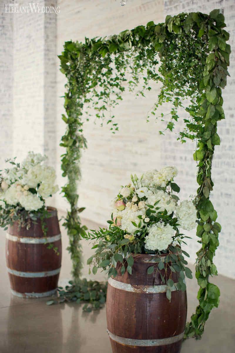 10-detalhe-de-decoracao-de-casamento-verde-e-branco-com-flores-folhas-e-barris