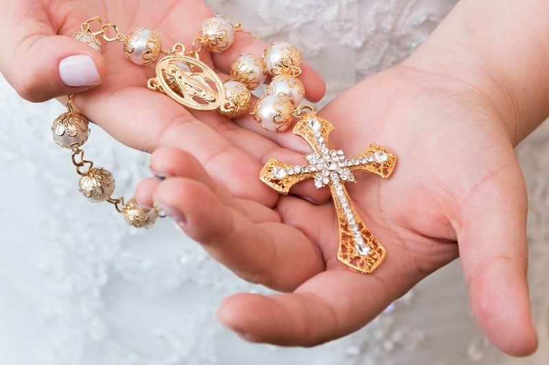 12-terço-de-perolas-com-detalhes-dourados-para-noivas