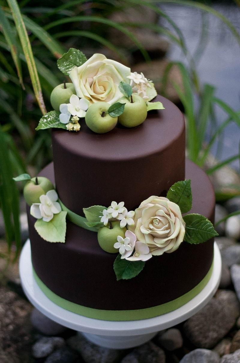 21-bolo-de-chocolate-com-detalhes-de-flores-e-folhas