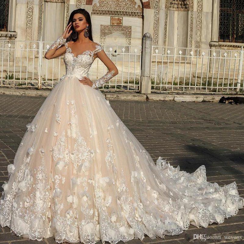 3-vestido-de-noiva-volumoso-com-detalhes-de-flores-rendadas