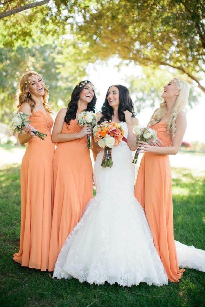 2-madrinhas-da-noiva-com-vestido-laranja
