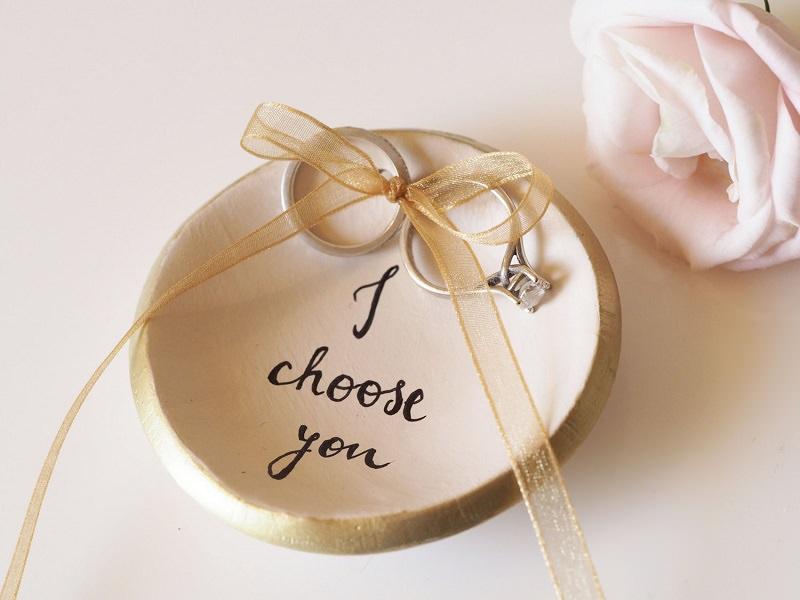 13-prato-de-ceramica-para-levar-as-aliancas-de-casamento