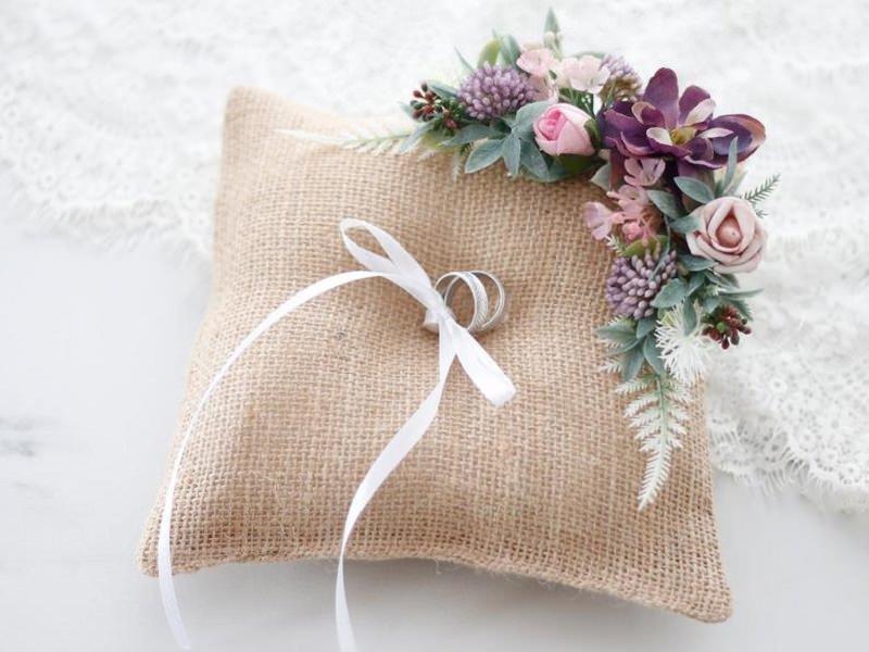 16-almofada-tradicional-com-flores-rusticas-para-alianca-de-casamento