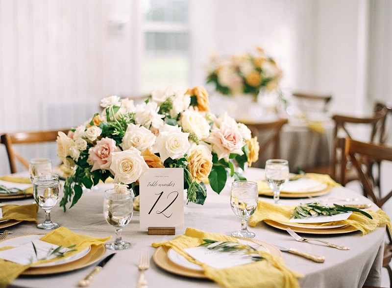 2-decoracao-de-casamento-amarela-mesa-convidados