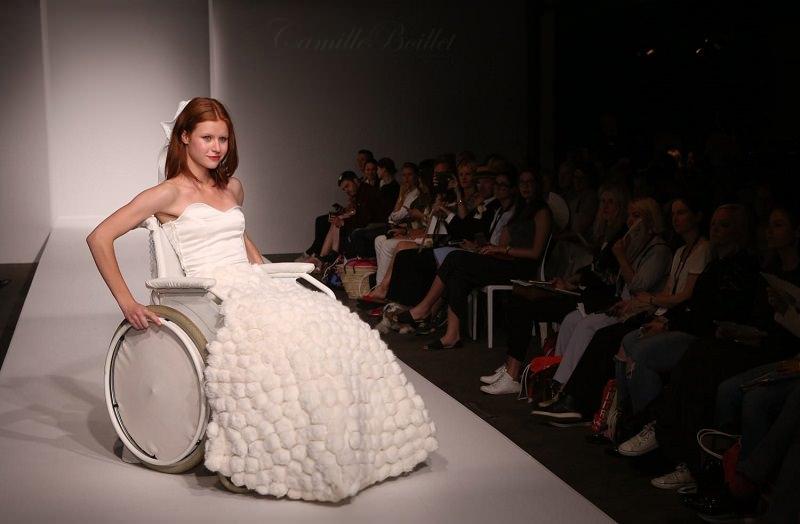 10-desfile-de-moda-noiva-inclusiva-com-vestido-de-noiva-na-passarela-e-cadeira-de-rodas