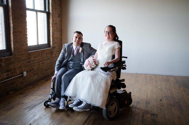 3-casal-cadeirante-moda-inclusiva-para-casamentos-vestido-de-noiva