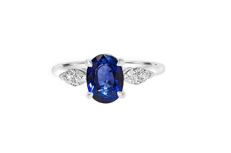 6-anel-de-noivado-com-safira-azul-no-meio