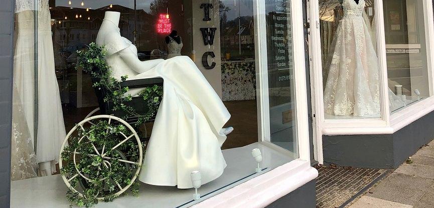capa-moda-inclusiva-vitrine-de-loja-em-londres-mostra-manequim-com-cadeira-de-rodas