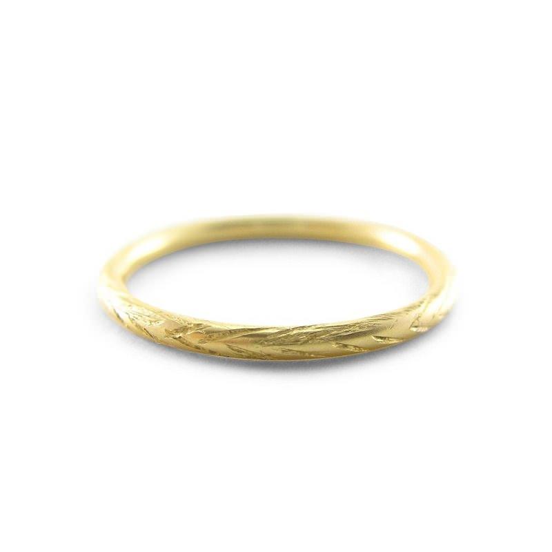 12-alianca-de-casamento-fina-texturizada-de-ouro-amarelo
